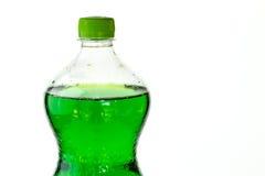 Mousserande drink i en plast- flaska som isoleras på vit arkivfoton