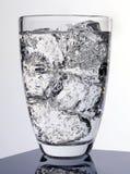 mousserande glass vatten arkivfoto