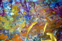Mousserande guld- purpurfärgade violetta ljusa färgstänk, färgrika livliga vaxartade färger, kontrasterar idérik bakgrund Fotografering för Bildbyråer