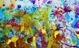 Mousserande guld- violetta ljusa färgstänk, färgrika livliga vaxartade färger, kontrasterar idérik bakgrund Arkivbild