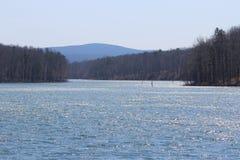 Mousserande sjö med berg Royaltyfri Fotografi