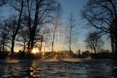 Mousserande springbrunn på solnedgång Royaltyfri Bild