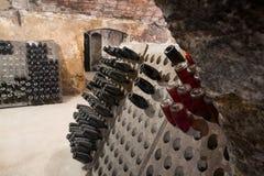 Mousserande vinflaskor som jäser i vinodling Arkivfoton