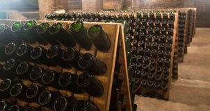 Mousserende wijnflessen die in wijnmakerij vergisten Royalty-vrije Stock Afbeeldingen