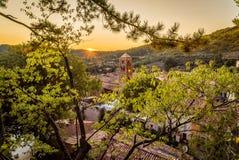 Moustiers Sainte Marie en la puesta del sol fotos de archivo