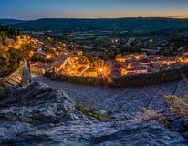 Moustiers Sainte Marie på natten Arkivbild