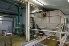 Mout malende tank bij de bierfabriek stock foto