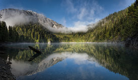 Moutain湖一点Ritsa在日出的阿布哈兹 免版税库存照片
