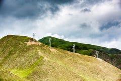 Moutain και σύννεφα και ηλεκτροφόρο καλώδιο Στοκ Φωτογραφία
