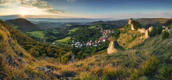 Moutain και χωριό στο ηλιοβασίλεμα - Σλοβακία Στοκ Φωτογραφία