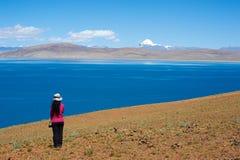 Moutain, озеро и девушка Стоковое фото RF