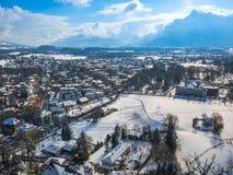 Moutain снега сезона зимы голубого неба Зальцбурга Австрии ландшафта городского пейзажа Стоковые Фотографии RF