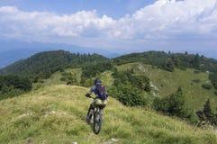 Moutain cyklist som stiger ned från den Mozic kullen Royaltyfri Fotografi