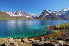 Moutain e landcape do mar do lago em Noruega Imagens de Stock Royalty Free
