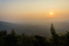 Moutain och solnedgång Arkivfoto