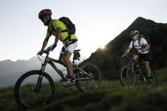 Moutainbiking pelo por do sol - nascer do sol Fotografia de Stock Royalty Free