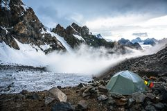moutains的孤独的帐篷登山人 免版税库存照片