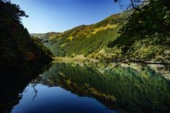Moutains et lacs en vallée de Jiuzhaigou Image stock