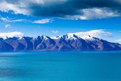 moutains Neve-tampados na costa do leste do lago de Tangra Yumco Imagem de Stock