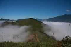 Moutains och moln Fotografering för Bildbyråer