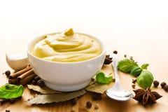 Moutarde dans la cuvette photos stock