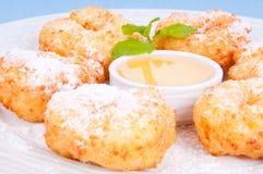 Mouthwatering donuts kropią z sproszkowanym cukierem. Zdjęcia Stock