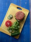 Mouthwatering hamburgare och grönsaker Royaltyfri Bild