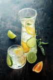 Mouthwatering Zitronen-Wasser auf Holztisch Stockbild