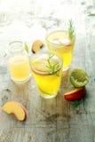 Mouthwaterings Gele Vruchtensappen Stock Afbeeldingen