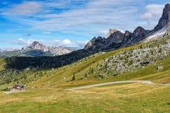 Moutnain delle dolomia dell'Italia - Passo di Giau nel Tirolo del sud fotografie stock