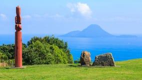 Moutohora, eine kleine Insel vor der Neuseeland-Küste, gesehen vom Land lizenzfreie stockfotos