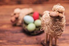 Moutons de jouet de Pâques dans le fron du panier d'oeufs Photos libres de droits