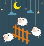 Moutons et barrière accrochant sur les cordes avec la scène de nuit Photo libre de droits