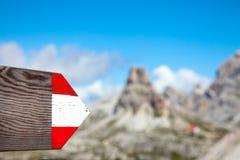 Moutrain som fotvandrar den riktningsslingan, undertecknar in Dolomites Italien Arkivfoton