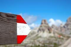 Moutrain som fotvandrar den riktningsslingan, undertecknar in Dolomites Italien Royaltyfria Bilder