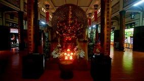 Mouvement à l'autel bouddhiste de Lit dans le temple de monastère à l'obscurité clips vidéos