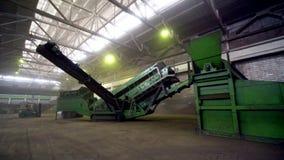 Mouvement à usiner pour le chargement et le transport du minerai cru banque de vidéos