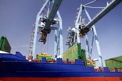 Mouvement των εμπορευματοκιβωτίων πέρα από το πλοίο μεταφοράς τυποποιημένων εμπορευματοκιβωτίων Johanna Schepers Στοκ εικόνα με δικαίωμα ελεύθερης χρήσης