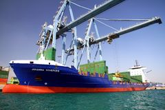 Mouvement των εμπορευματοκιβωτίων πέρα από το πλοίο μεταφοράς τυποποιημένων εμπορευματοκιβωτίων Johanna Schepers Στοκ φωτογραφία με δικαίωμα ελεύθερης χρήσης