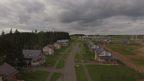 Mouvement au-dessus de route dans le village de cottage contre la forêt banque de vidéos