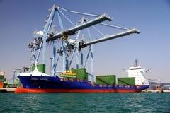 Mouvement av behållare över containershipen Johanna Schepers Royaltyfri Bild