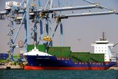 Mouvement av behållare över containershipen Johanna Schepers Arkivfoto