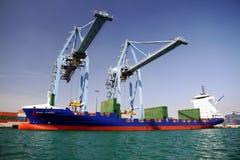 Mouvement av behållare över containershipen Johanna Schepers Arkivbilder