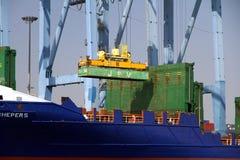 Mouvement av behållare över containershipen Johanna Schepers Royaltyfri Foto