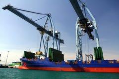 Mouvement av behållare över containershipen Johanna Schepers Royaltyfria Bilder
