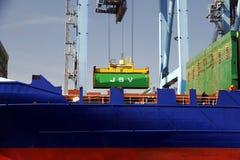 Mouvement av behållare över containershipen Johanna Schepers Royaltyfri Fotografi