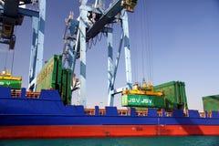Mouvement av behållare över containershipen Johanna Schepers Fotografering för Bildbyråer