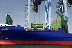 Mouvement av behållare över containershipen Johanna Schepers Arkivfoton