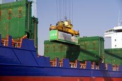 Mouvement av behållare över containershipen Johanna Schepers Royaltyfria Foton