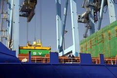 Mouvement av behållare över containershipen Johanna Schepers Arkivbild